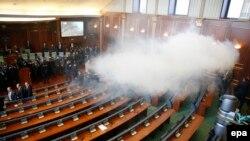 Солзавец во косовскиот парламент.
