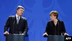Президент України Петро Порошенко під час зустрічі з канцлером Німеччини Анґелою Меркель. Берлін, 1 лютого 2016 року