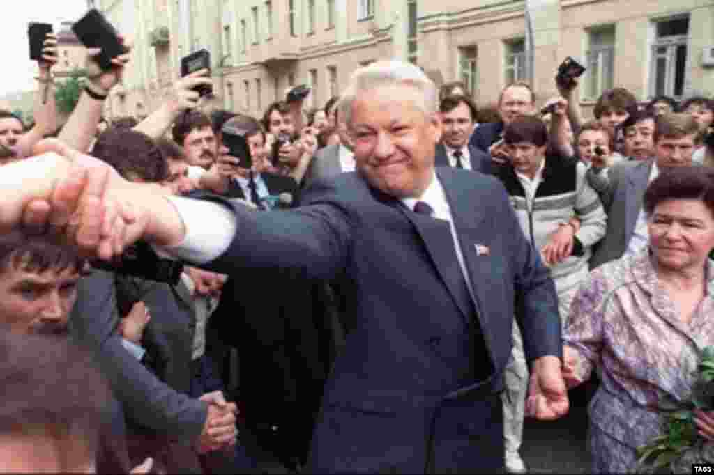 Yeltsin heading to vote in Russia's first presidential election as an independent country on June 12, 1991 (epa) - Soviet Union – Russia / politics – Presidential candidate Boris Yeltsin (C) and his wife Naina go the polling station in presidential elections, Moscow, 12Jun1991. Source: epa.