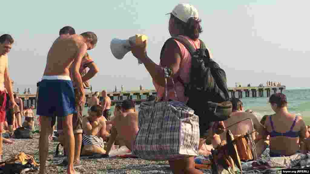 Пляжні торговці з картатими сумками пропонують сушену рибу й інші «туристичні ласощі»
