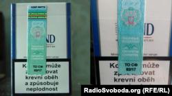 Чеський «Бонд» з акцизною маркою угруповання «ДНР» з донецького кіоску і та пачка, яку купив у Слов'янську боєць «Айдару»