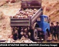 Фрагменты сломанных хачкаров выгружают из машины во время сноса в 2005 году.