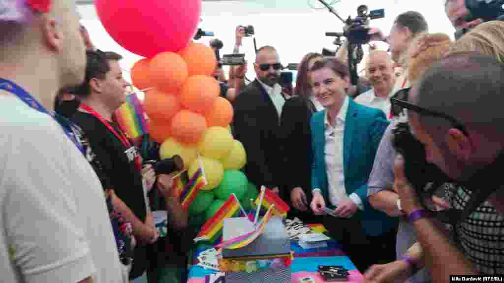 Ана Брнабич, первая женщина на посту премьера Сербии и открытая лесбиянка, участвовала в гей-параде и в прошлом году. Тогда в шествии приняли участие и другие чиновники, в том числе министр труда и мэр Белграда.