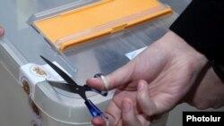 Референдумде дауыс беру аяқталған соң бюллетень салатын жәшікті ашып жатқан сәт. Ереван, 6 желтоқсан 2015 жыл.