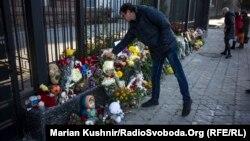 Орус элчилигинин алдында авиакырсыктан өлгөндөрдү эскерүү. Киев. 2-ноябрь, 2015