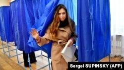 Під час голосування на виборах президента України на одній з виборчих дільниць у Києві, 31 березня 2019 року