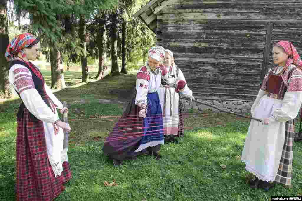 Халық мерекесі ежелгі наным-сенімдер заманынан басталған. Белорустар бұл күні бір-біріне «Будзь багаты, як восень!» («Күз сияқты бай бол!») деген тілек айтады.