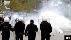 Türkiyə polisi Öcalana dəstək aksiyası keçirən kürd qruplarına qarşı gözyaşardıcı qazdan istifadə edir. İstanbul, 19 oktyabr 2008
