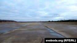 Узьлётная паласа на зьнішчаным аэрадроме