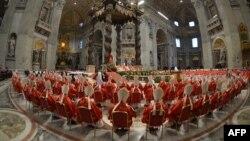 Католик кардиналдары шайлоо алдындагы диний жөрөлгө учурунда. 12-март, 2013-жыл.
