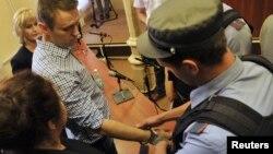 Алексею Навальному одевают наручники и уводят в тюрьму. Киров, 18 июля 2013 года.