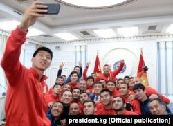 Жээнбеков Қырғызстан құрамасының ойыншыларымен бірге суретке түсіп жатыр. 24 қаңтар 2019 жыл.