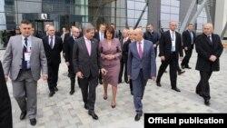 Komisioneri evropian, Hahn, presidentja e Kosovës, Jahjaga dhe kryeministri, Mustafa para Pallatit të Drejtësisë