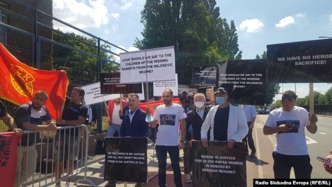 Grupa kosovskih Albanaca iz dijaspore ispred Specijalnog suda u Hagu, 13. jul