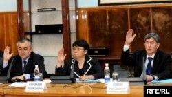 Убактылуу өкмөттүн мүчөлөрү: Өмүрбек Текебаев, Роза Отунбаева жана Алмазбек Атамбаев. 26-апрель, 2010-жыл