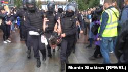 Moskva polisi Puşkin meydanında aksiyaçıları saxlayır, 3 avqust, 2019