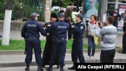 Полиция остановила участника гей-парада в Кишиневе.