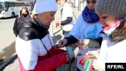 Активисты в Татарстане раздают ленты зелено-красных цветов.