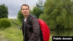 Қонжықтың суретін интернетке ілгені үшін тұтқындалған Антон Сурапин.