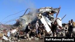 На месте саудовского авиаудара по города Саада, в Йемене. 1 ноября 2017