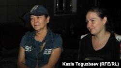 Гульзипа Джаукерова и Оксана Шевчук (справа), подозреваемые в «участии» в деятельности запрещенной организации, на территории специализированного следственного суда Алматы. Фото сделано около полуночи в ночь на четверг, 4 июля 2019 года.