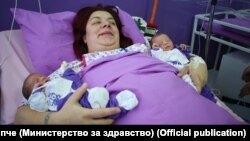 Првите бебиња во Новата 2020 година, близначињата Анастасија и Габриел