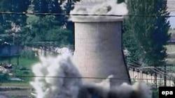 نمایی از برج خنک کننده راکتور اتمی یونگ بیون که توسط دولت کره شمالی تخریب شده بود. (عکس: EPA)