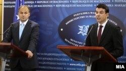 Enver Hoxhaj (majtas) në një takim të mëhershëm me ministrin e jashtëm të Maqedonisë Nikolla Popovski në Shkup