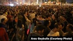 Таксим алаңында шерулетіп тұрған демонстранттар. Анкара, Түркия, 8 маусым 2013 жыл.