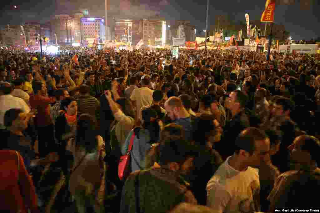Юрба на площі Таксім у Стамбулі ввечері 8 червня – дев'ята ніч поспіль.