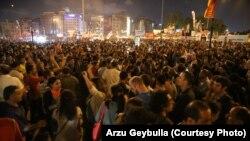 TURQI -- Një masë e madhe njerëzish vazhdon të qëndrojë në Sheshin Taksim për të njëmbëdhjetën ditë me radhë