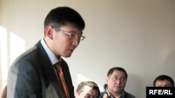 """Оппозиционый журналист Алмас Кушербаев выступает на суде против него и газеты """"Тасжарган"""". Алматы, 16 января 2009 года."""