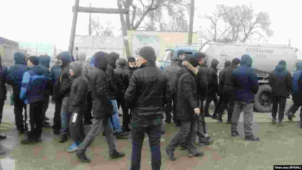 В центре села собралось много молодых людей.