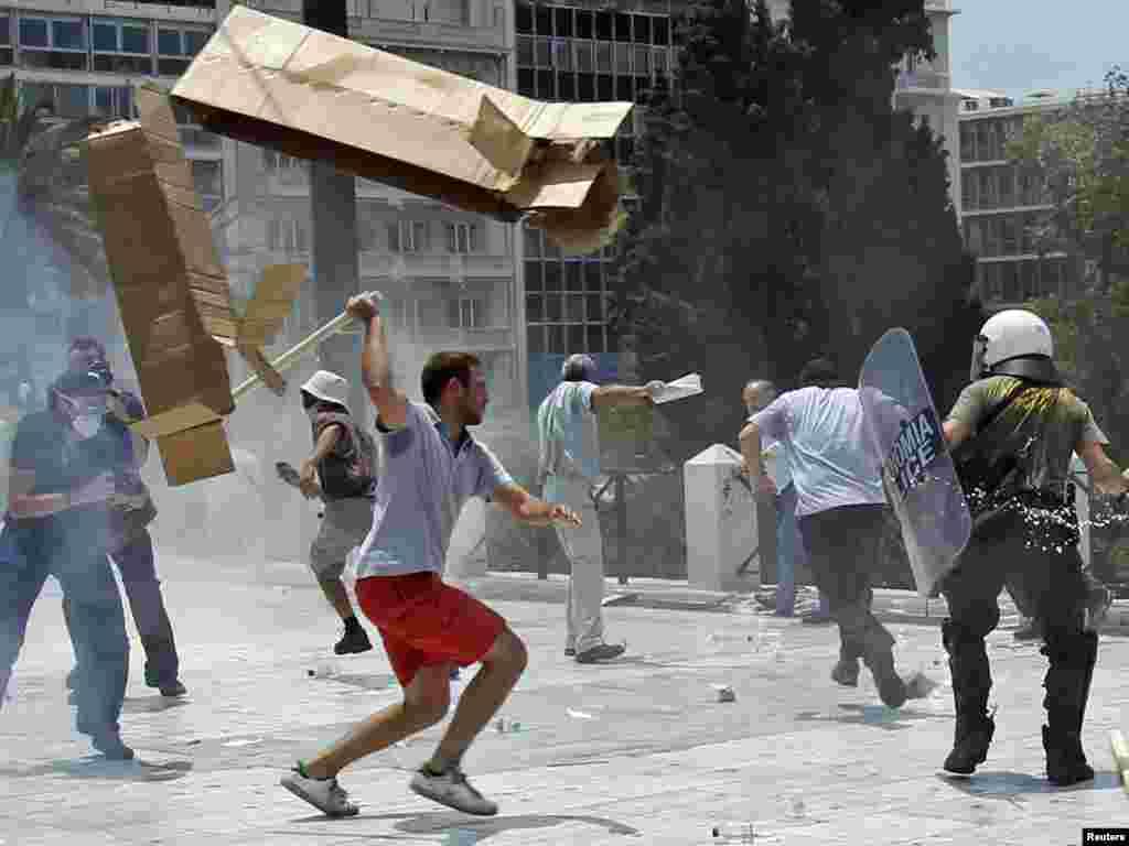 اعتصاب سراسری در یونان در اعتراض به برنامههای صرفهجویی اقتصادی دولت، ماه ژوئن ۲۰۱۰ -
