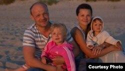 Дзяніс з жонкай Настай і дочкамі Мірай і Радай