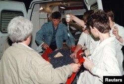 Мэдыкі выносяць ахвяру цісканіны на Нямізе, 30 траўня 1999