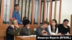 Обвиняемый в пропаганде терроризма житель города Актобе Куанышбек Жайлаубаев (в синей рубашке) в суде по его делу. Актобе, 28 декабря 2018 года.