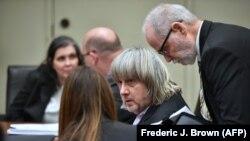 Луиза (крайняя слева) и Дэвид Турпин во время судебного заседания в Риверсайде, Калифорния, январь 2018 года.