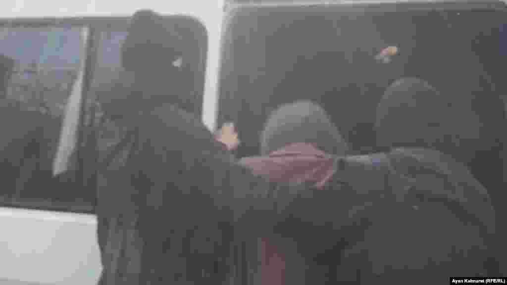 На вопрос корреспондента Азаттыка: «За что вы задерживаете людей?» - полицейские не ответили.