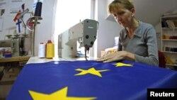 Arxiv foto: serb dərzi AB-nin bayrağını tikir