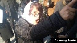 عکسی که محمد نوریزاد روز دوشنبه ۱۳ بهمن از نسرین ستوده در مقابل کانون وکلا گرفتهاست