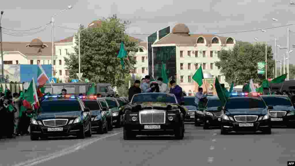 Священная для мусульман святыню везут по улицам Грозного в сопровождении почетного эскорта