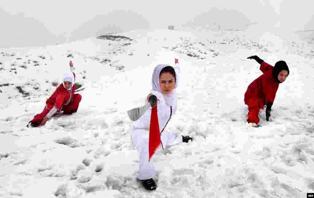 Кабул, Афганистан. Тренировка членов Shaolin Wushu Club (epa/Hedayatullah Amid)