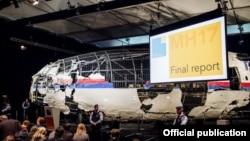 Донбаста құлаған Boeing 777 апатын тексеру барысында жолаушылар ұшағы қалдықтарынан құрастырылған қаңқа.