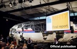 """Реконструированный фюзеляж """"Боинга"""" на представлении доклада о причинах катастрофы 13 октября 2015 года"""