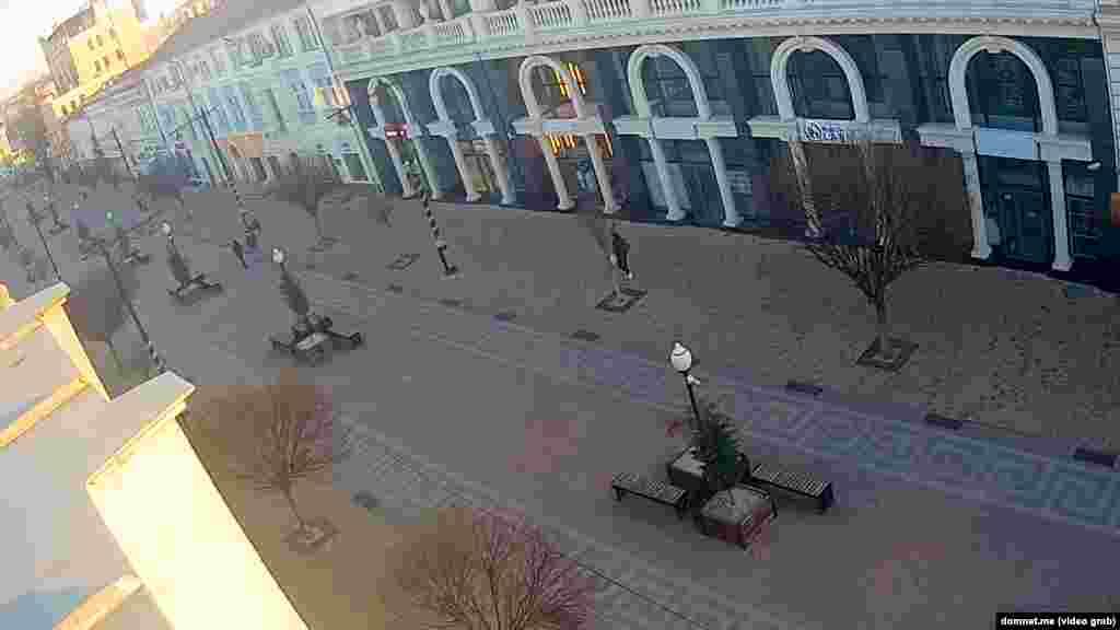 На улице Карла Маркса в Симферополе – немногочисленные прохожие