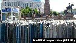 Полицейская будка и заграждения напротив здания на площади Республики в Алматы.