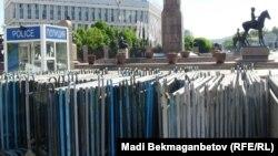 Полицейские барьеры, собранные в одном месте. Алматы, 29 мая 2014 года.