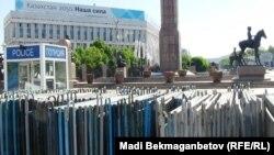 Алматыдағы Республика алаңында тұрған полиция будкасы мен шарбақтары (Көрнекі сурет).