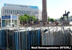 Полиция закрыла проход на площадь Республики в Алматы. 29 мая 2014 года.